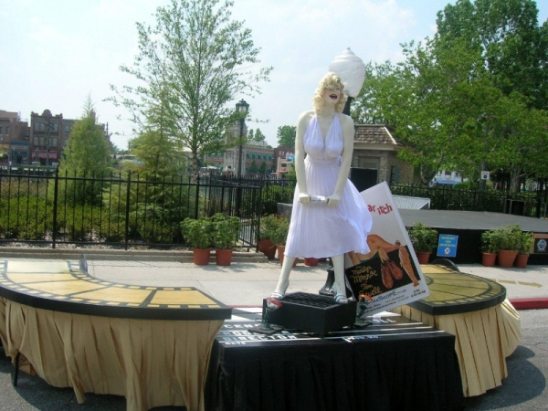 """Marilyn & """"The Seven Year Itch"""" Buffet Station"""